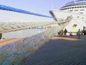 Три толстенных каната, швартующие лайнер к Графской пристани